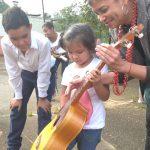 Maigualida enseñando canciones